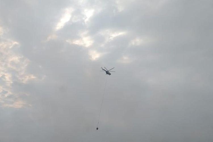 Helikopter waterbombing membantu upaya pemadaman karhutla di wilayah Riau