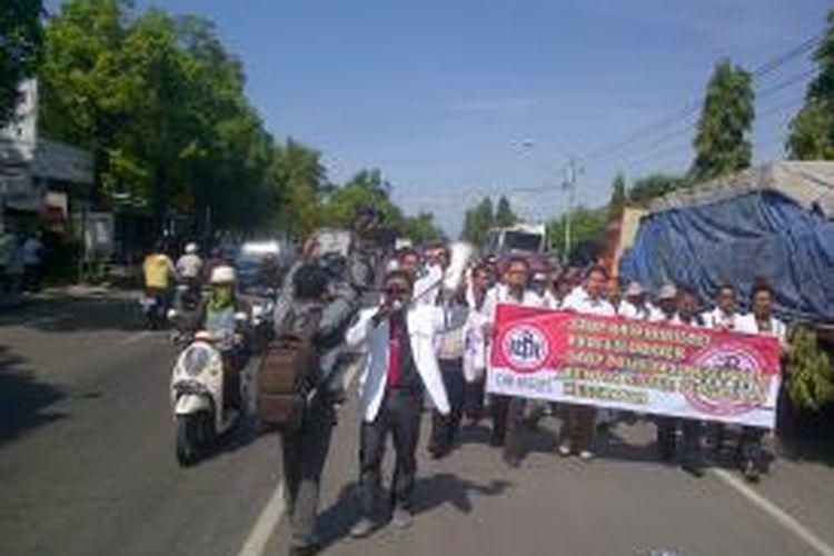 Sekira 180 dokter dan perawat berunjuk rasa di halaman kantor Dewan Perwakilan Rakyat Daerah (DPRD) Brebes, Jawa Tengah, Rabu (27/11/13).