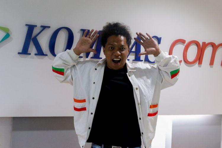 Aktor Arie Kriting saat berkunjung untuk promo Film Petualangan Menangkap Petir di Gedung Kompas Gramedia, Palmerah Selatan, Jakarta, Selasa (6/3/2018). Film anak-anak yang bercerita tentang persahabatan dan mengejar mimpi tersebut merupakan produksi Fourcolours Film.