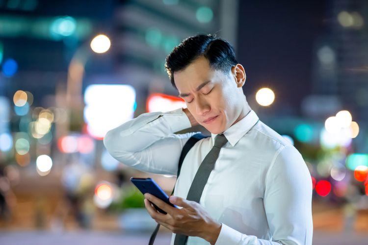 Ilustrasi nyeri leher saat menggunakan ponsel