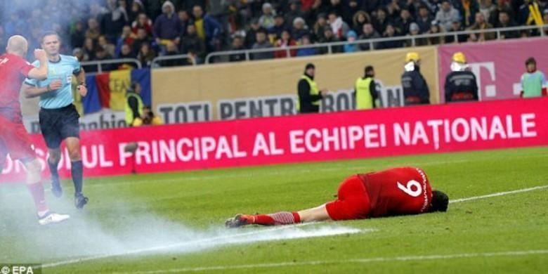 Penyerang Polandia, Robert Lewandowski, tergeletak setelah sebuah cerawat meledak di dekatnya pada laga kontra Rumania di pertandingan Grup E kualifikasi Piala Dunia 2018 di Bukarest, Rumania, Jumat (11/11/2016).