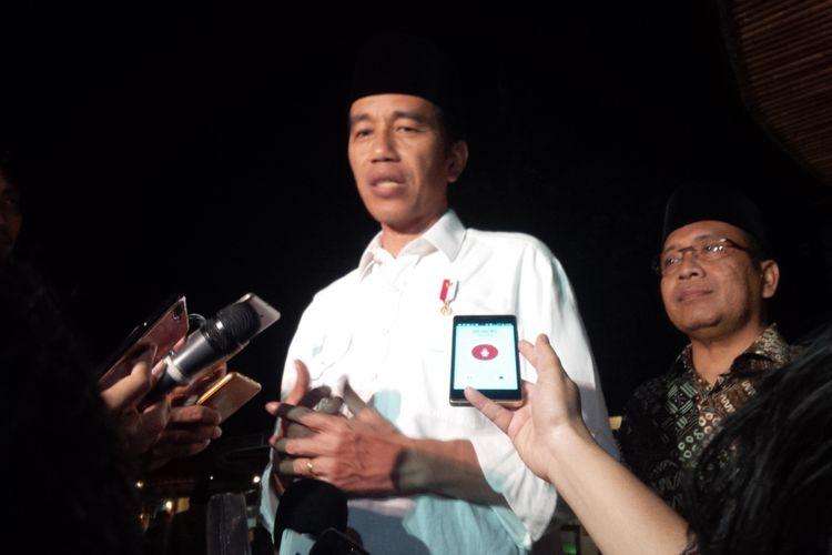 Presiden Joko Widodo memberikan keterangan kepada wartawan usai menggelar pertemuan dengan para ulama, di White House RM Mak Engking, Ungaran, Kabupaten Semarang, Sabtu (17/6/2017) petang.