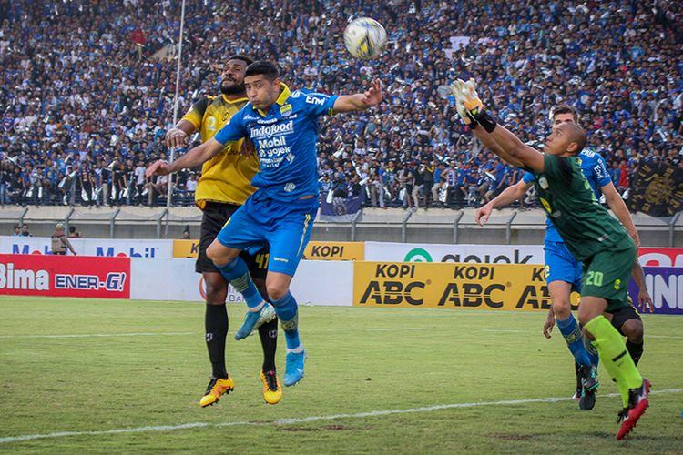 Gelandang Persib, Esteban Vizcarra, berduel di udara dengan pemain belakang Barito Putera, saat kedua tim bertemu pada pekan ke-28 Liga 1 2019, Minggu (24/11/2019).