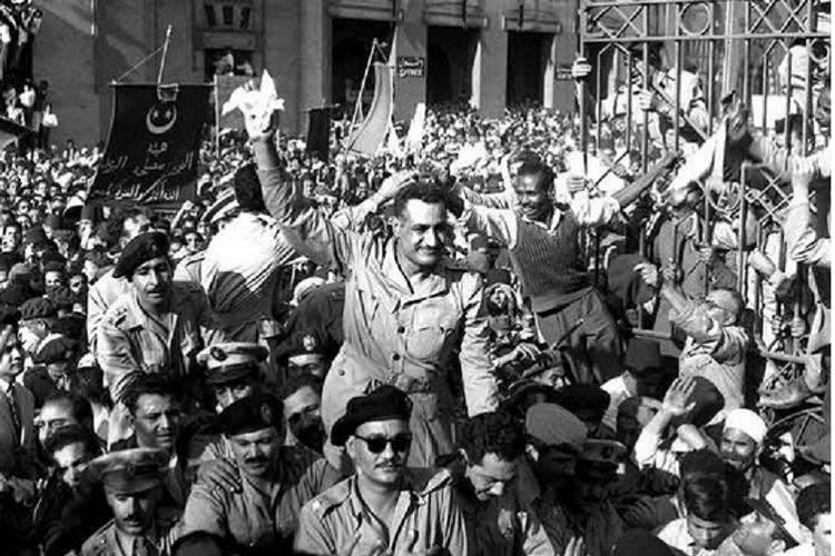 Presiden Mesir Gamal Abdel Nasser disambut rakyat kota Alexandria saat mengumumkan mundurnya Inggris dari Mesir pada 1956.