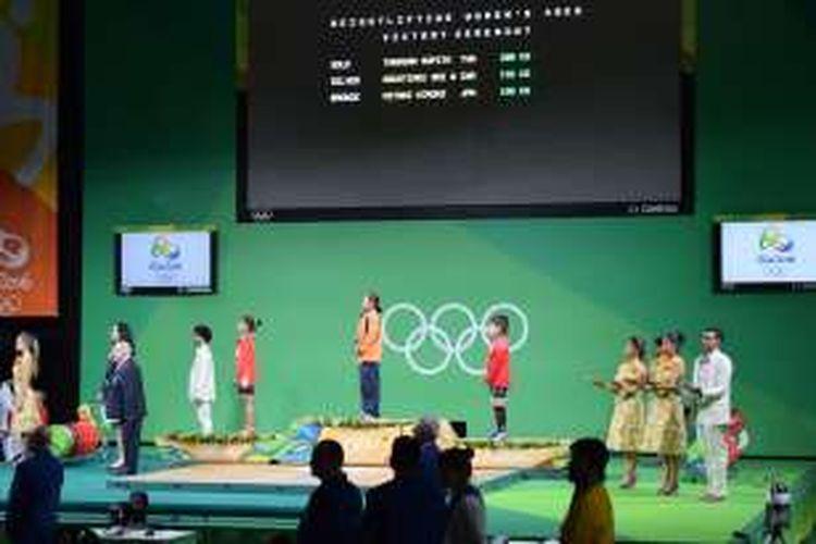 Sri Wahyuni (kiri) meraih medali perak dari cabang angkat berat kelas 48 kg, Sabtu (6/8/2016).