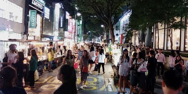 Pengunjung menyesaki kawasan belanja Myeongdong di Seoul, Korea Selatan, Minggu (28/8/2016). Selain penganan tradisional yang dijajakan pedagang kaki lima, toko-tokok di kawasan ini menawarkan aneka produk kosmetik.