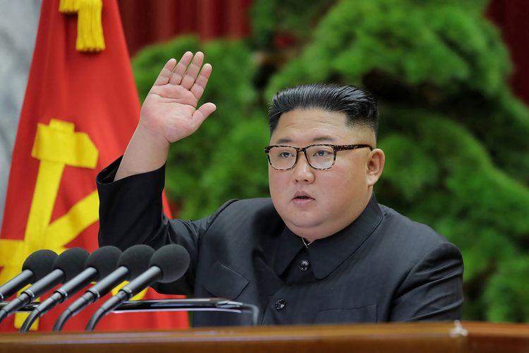 Foto yang dirilis oleh kantor berita KCNA pada 1 Januari 2020 memperlihatkan Pemimpin Korea Utara Kim Jong Un dalam pertemuan Partai Buruh, di mana dia mengumumkan penghentian moratorium penghentian uji coba senjata.