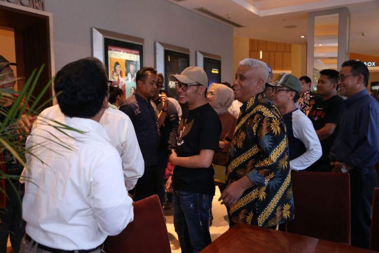 Menteri Ketenagakerjaan (Menaker) M Hanif Dhakiri menjalin relasi dengan pimpinan dan aktivis serikat pekerja melalui kegiatan nonton bareng (nobar) di Epicentrum XXI Kuningan, Jakarta, Minggu (16/9/2018).
