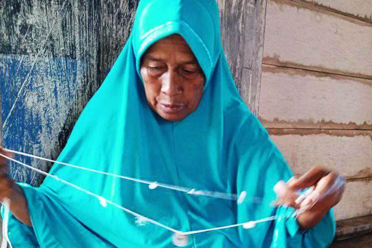 Mbo Gentong, seorang pangule (dukun beranak) Suku Bajau yang tinggal di Desa Torosiaje, desa di atas laut.