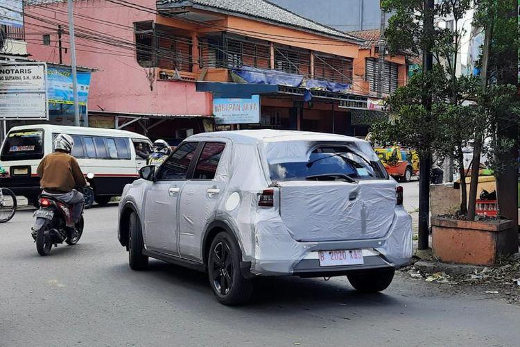 Daihatsu Rocky tertangkap kamera sedang diuji coba di Lembang, Jawa Barat (11/3/2021).