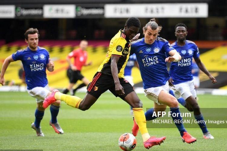 Pemain Watford, Ismalia Sarr, mencoba menyepak bola dalam laga Watford vs Leicester City, Sabtu (20/6/2020) malam WIB.