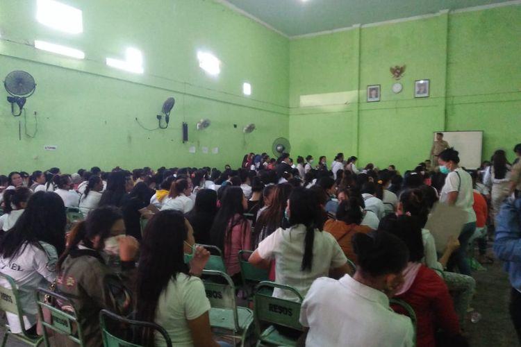 Ratusan WPS berkumpul di aula Resosialisasi Argorejo menunggu proses penandatanganan berkas pemberian tali asih dari Dinsos Semarang, Senin (14/10_2019)