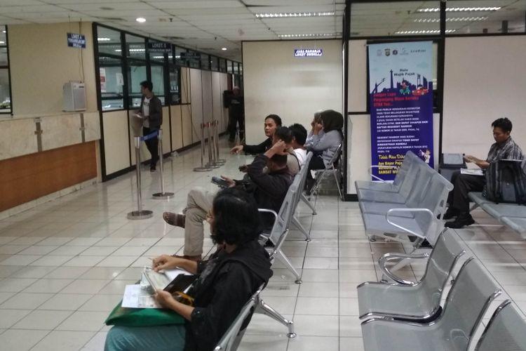 Lengannya Wajib Pajak Yang Mengantre di Samsat Jakarta Barat Pada Senin (31/12/2018) pukul 17.00