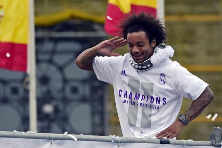 Marcelo merayakan kesuksesan Real Madrid menjuarai Liga Champions di Plaza Cibeles, 29 Mei 2016.