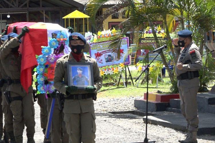 Kepala Korps Brimob Polri, Irjen Polisi Anang Revandoko memimpin upacara pelepasan jenazah Bharatu (Anumerta) I Komang Wira Natha, di Markas Brimob Batlayon B Polda Papua, di Mimika, Rabu (28/4/2021).