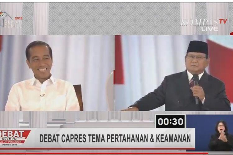 Jokowi tertawa mendengar pertanyaa rivalnya, Prabowo Subianto, yang menyebut budaya asal bapak senang alias ABS masih ada di dunia militer.