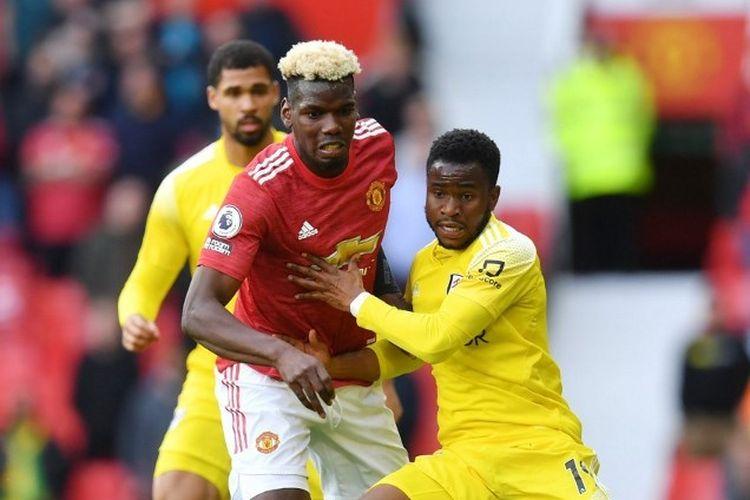 Paul Pogba (kiri) berduel dengan Ademola Lookman (kanan) pada laga pekan ke-37 Liga Inggris yang mempertemukan Man United vs Fulham di Stadion Old Trafford pada Rabu (19/5/2021) dini hari WIB.