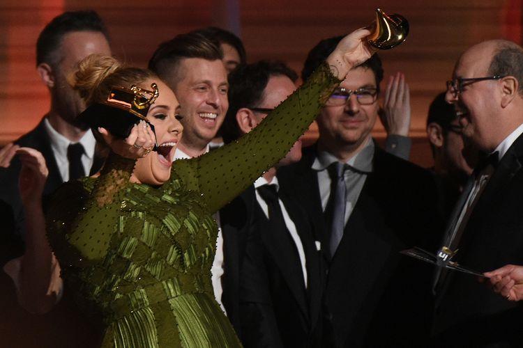 Adele meluapkan kegembiraan atas penghargaan Grammy Album dan Record of the Year yang diraihnya pada perhelatan Grammy Awards 2017 di Staples Center, Los Angeles, California, Minggu (12/2/2017).