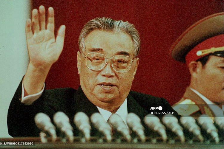Foto yang dirilis pada 15 April 1992 menunjukkan Pemimpin Korea Utara Kim Il Sung melambaikan tangannya saat  perayaan ulang tahunnya yang ke-80 di Stadion Kim Il Sung, Pyongyang.