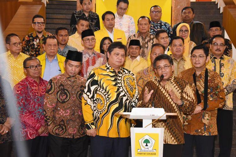 Ketua Umum Partai Golkar Airlangga Hartarto dan Presiden Partai Keadilan Sejahtera (PKS) usai bertemu di Kantor DPP Partai Golkar, Jakarta, Selasa (25/2/2020)