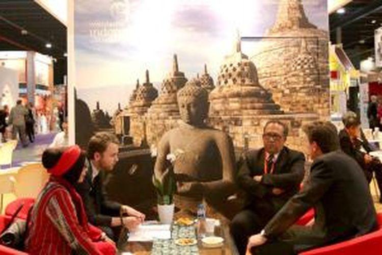 Wamenparekraf Sapta Nirwandar dan Dirjen Pemasaran Pariwisata Kemenparekraf Esthy Reko Astuti di ajang Vakantiebeurs 2014 di Utrecht, Belanda, yang berlangsung 14-19 Januari 2014.