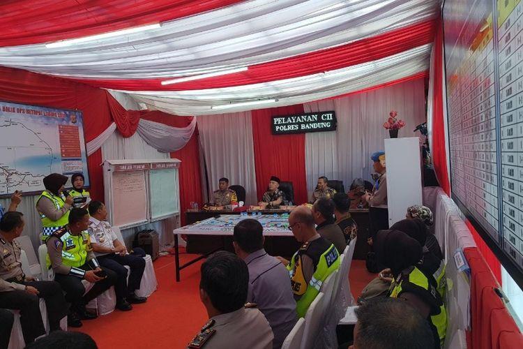 Penjabat Gubernur Jawa Barat M Iriawan saat mendengarkan laporan terkait aktivitas arus balik di Pos Pengamanan Lalu Lintas Cileunyi, Kabupaten Bandung, Rabu (20/6/2018).