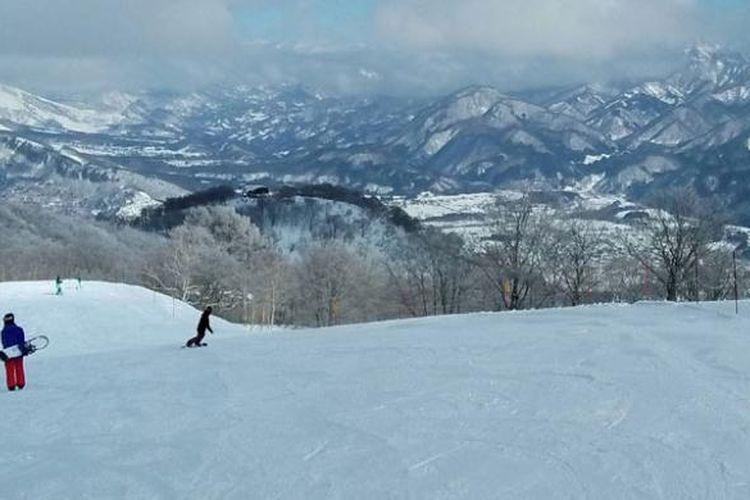 Pemandangan Pegunungan Alpen Jepang, dilihat dari puncak Resor Ski Hakuba Goryu. Pemandangan Resor Ski Hakuba Goryu.