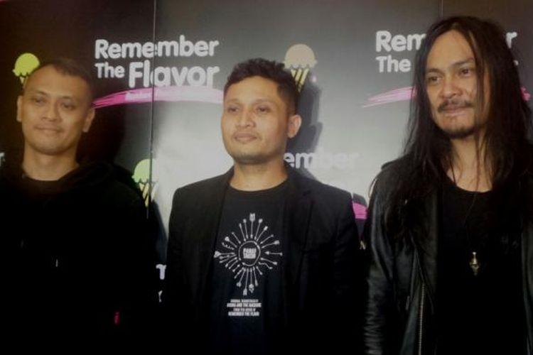 Andra and the Backbone--Andra Ramadhan (kiri), Deddy Lisan, dan Stevi Item (kanan)--diabadikan usai konferensi pers film Remember the Flavor di Djakarta Theater XXI, Jakarta Pusat, pada Rabu (8/2/2017).