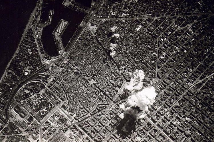 Kota Barcelona tengah dihujani bom dalam perang saudara Spanyol.
