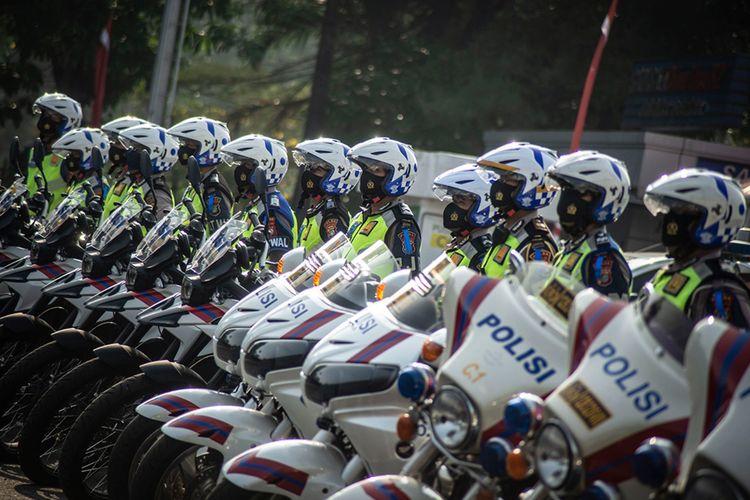 Sejumlah polisi lalu lintas wanita mengikuti Apel Gelar Pasukan Operasi Patuh Jaya Tahun 2020 di Polda Metro Jaya, Jakarta, Kamis (23/7/2020). Operasi Patuh Jaya 2020 tersebut berlangsung selama 14 hari dimulai 23 Juli sampai 5 Agustus 2020 dengan mengerahkan sebanyak 1.807 personel gabungan dari unsur TNI, Polri, Satpol PP, dan Dishub yang bertujuan untuk meningkatkan kedisiplinan masyarakat berlalu lintas di masa adaptasi kebiasaan baru.