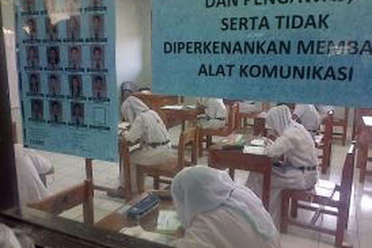 Siswa Sekolah Menengah Pertama Negeri 241 Pulau Tidung, Jakarta, Melaksanakan Ujian Nasional, Senin (5/5/2014).