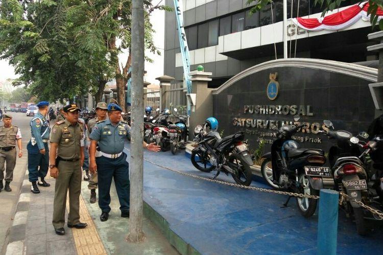 Satpol PP Jakut dan TNI AL berkoordinasi menertibkan trotoar yang dijadikan tempat parkir di depan Gedung Pusat Hidrografi dan Oseanografi TNI AL (Pushidrosal) Satsurvei Hidros, Selasa (15/8/2017)