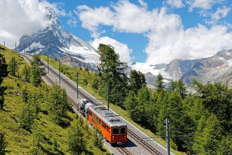 Ilustrasi Swiss - Pemandangan Gunung Matterhorn dan kereta Gornergrat Bahn di Zermatt, Swiss (SHUTTERSTOCK/CHEN MIN CHUN).