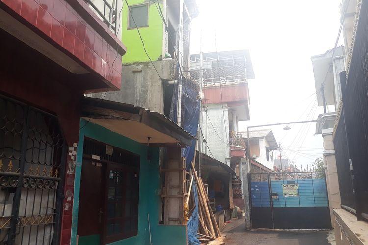 Rumah tiga lantai (ada terpal biru) di Jalan Gorda, Lubang Buaya, Jakarta Timur, Selasa (3/12/2019), milik R (36), tersangka pencurian ribuan dollar dan emas di Jagakarsa, Jakarta Selatan.