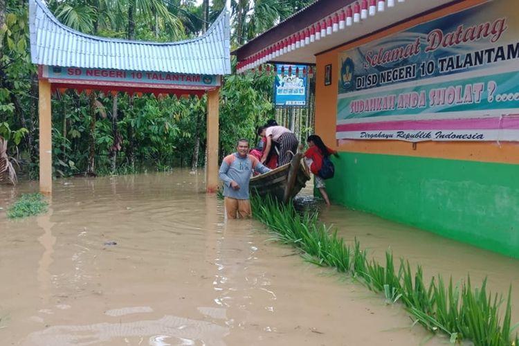 Banjir menghantam SD 10 Talantam, Solok Selatan yang menyebabkan siswa batal mengikuti ujian semester, Senin (9/12/2019)