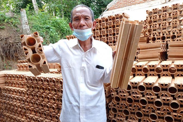 Kepala Sekolah SDN 4 Taman Sari, di Kabupaten Lombok Barat, NTB menunjukkan bata plastik dari bahan plastik daur ulang.