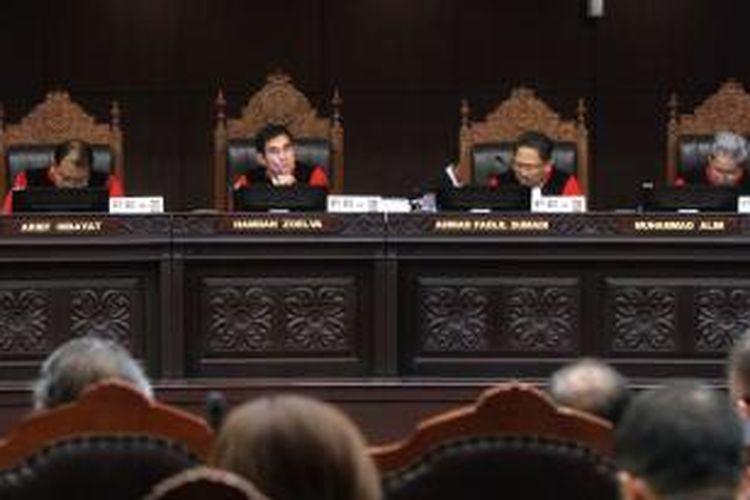 Mahkamah Konstitusi (MK) menggelar sidang lanjutan sengketa Pilpres 2014 dengan agenda mendengarkan keterangan ahli dari pihak pemohon pasangan Prabowo-Hatta, termohon KPU, dan terkait pasangan Jokowi-JK, di Gedung MK, Jakarta Pusat, Jumat (15/8/2014). Sebelum sidang putusan pada 21 Agustus, kesembilan hakim MK terlebih dahulu akan melakukan rapat dengar pendapat (RDP) secara tertutup selama tiga hari berturut-turut untuk mengambil putusan.