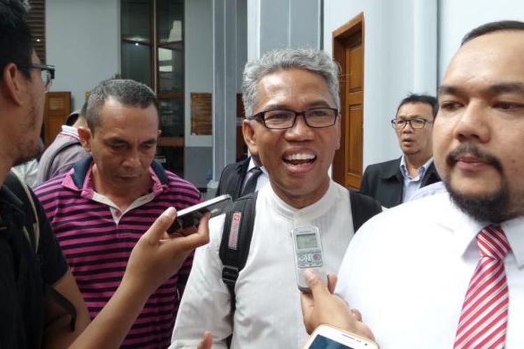 Tersangka kasus dugaan pencemaran nama baik dan penghasutan terkait SARA, Buni Yani, bersama kuasa hukumnya Aldwin Rahadian di Pengadilan Negeri Jakarta Selatan, Senin (19/12/2016). Buni menghadiri sidang lanjutan permohonan praperadilan atas penetapan statusnya sebagai tersangka oleh Polda Metro Jaya.