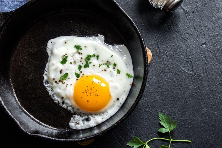 Ilustrasi menggoreng telur.