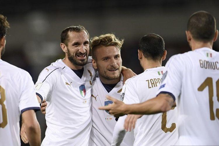 Bek Italia Giorgio Chiellini (2L) merayakan bersama gelandang Ciro Immobile (tengah) dan rekan satu tim lainnya setelah mencetak gol selama pertandingan sepak bola kualifikasi Piala Dunia FIFA 2018 antara Italia dan Makedonia di 'Stadion Grande Torino' di Turin pada 6 Oktober 2017.