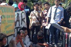 Hardiknas, Mahasiswa Demo Minta Lulusan PGMI Bisa Daftar CPNS