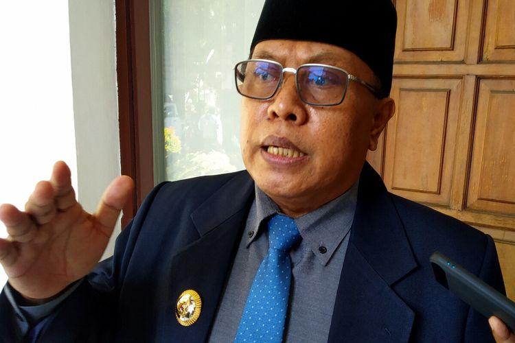 Wali Kota Blitar Santoso menjawab pertanyaan wartawan di Kantor DPRD Kota Blitar, Senin (12/4/2021)