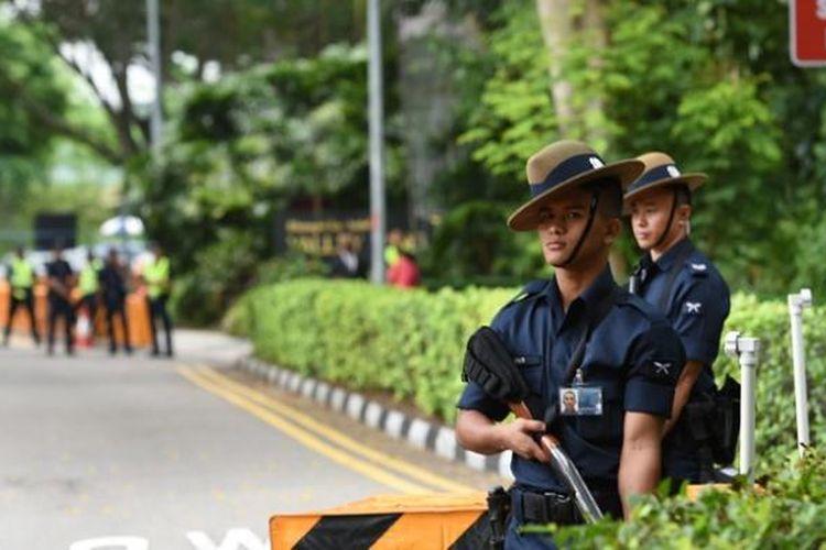 Anggota pasukan Gurkha Singapura menjaga ketat areal KTT keamanan Asia-Pasifik setelah seorang pria yang menerobos barikade penjagaan dengan menggunakan mobil tewas ditembak.