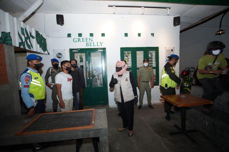 SIDAK—Wakil Walikota Madiun, Inda Raya menggelar sidak warung kopi dan warung makan bersama tim Satgas Covid-19 Kota Madiun di masa PPKM Darurat, Senin (5/7/2021) malam.