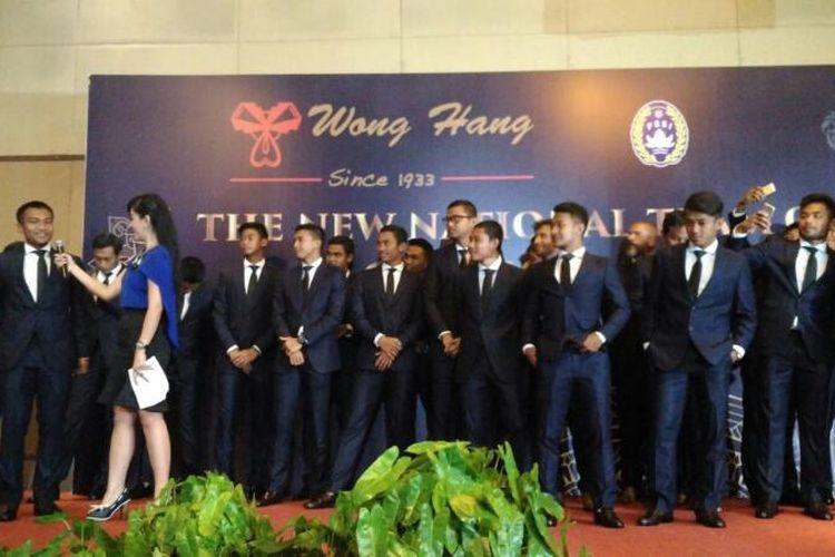 Gelandang Indonesia, M Hargianto, saat ditanyai kesannya mengenakan jas pada acara bertajuk The New National Team of Indonesia Classy and Edgy di Springhill, Kemayoran, Jakarta Pusat, Kamis (6/4/2017) siang WIB.