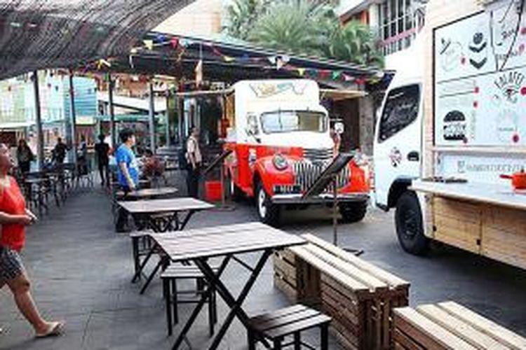 Deretan food truck yang mangkal di La Piazza, Kelapa Gading, Jakarta Utara, Kamis (18/9/2014). Bisnis kuliner dengan menggunakan mobil atau truk yang dapat berpindah-pindah tempat jualan tengah menjadi tren di Jakarta.