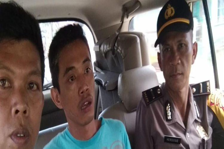 Pelaku (tengah) saat diamankan polisi