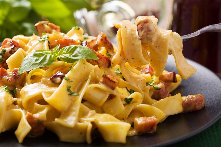 Ilustrasi fettuccine carbonara ala Italia, pasta saus creamy.