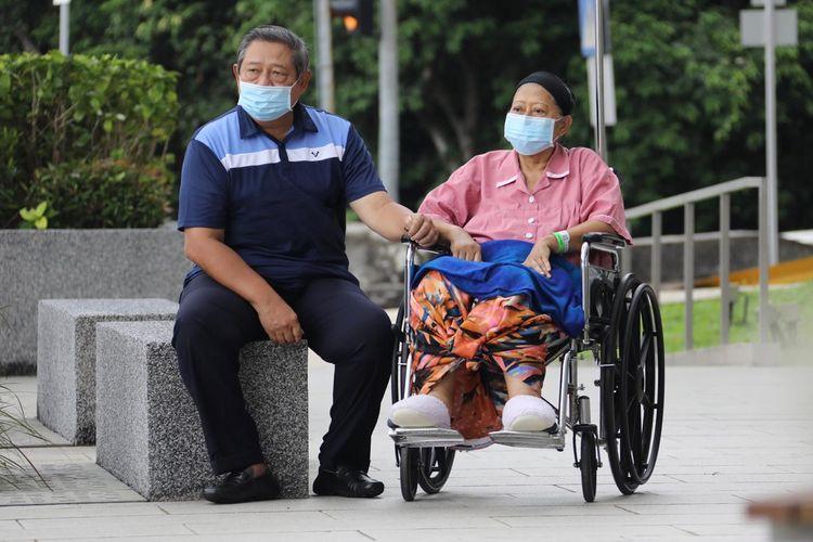 Ibu Ani Yudhoyono, istri Presiden keenam RI Susilo Bambang Yudhoyono, untuk pertama kali keluar dari ruangan perawatan di National Universtiy Hospital Singapura, setelah sekitar tiga bulan dirawat intensif.