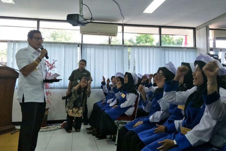 Wakil Gubernur DKI Jakarta Sandiaga Uno memberi pengarahan pada siswa Pusat Pelatihan Kerja Daerah (PPKD) Jakarta Selatan, Jalan Buncit Raya, Rabu (4/4/2018).